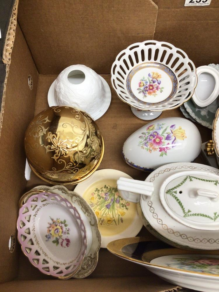A MIXED COLLECTION OF POTTERY, INCLUDES LIMOGES 'LA REINE', MARTINRODA, AND MORE - Image 4 of 6