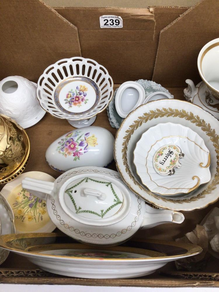 A MIXED COLLECTION OF POTTERY, INCLUDES LIMOGES 'LA REINE', MARTINRODA, AND MORE - Image 3 of 6