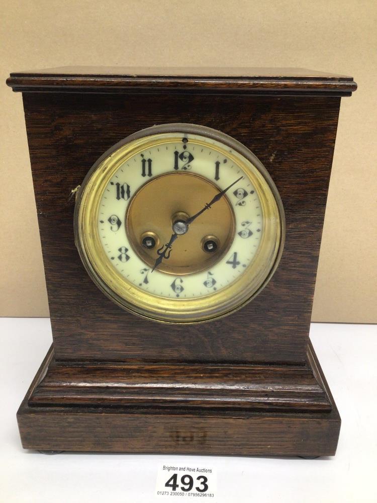A VINTAGE OAK MANTLE CLOCK, 24CM