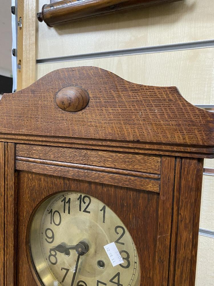 A VINTAGE OAK CASED WALL CLOCK WITH PENDULUM AND KEYS - Image 3 of 4