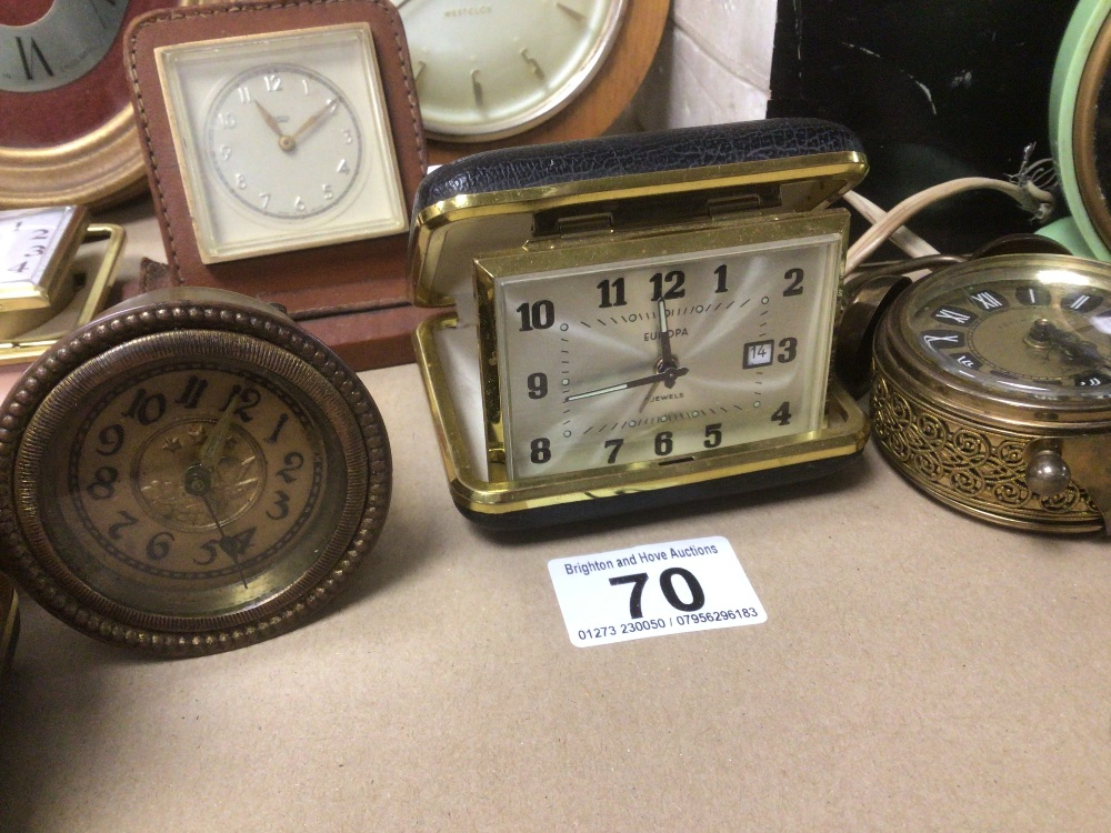 A COLLECTION OF MIXED VINTAGE CLOCKS INCLUDES A SMITHS BAKELITE ELECTRIC CLOCK, A SMITH THOMAS - Image 3 of 8