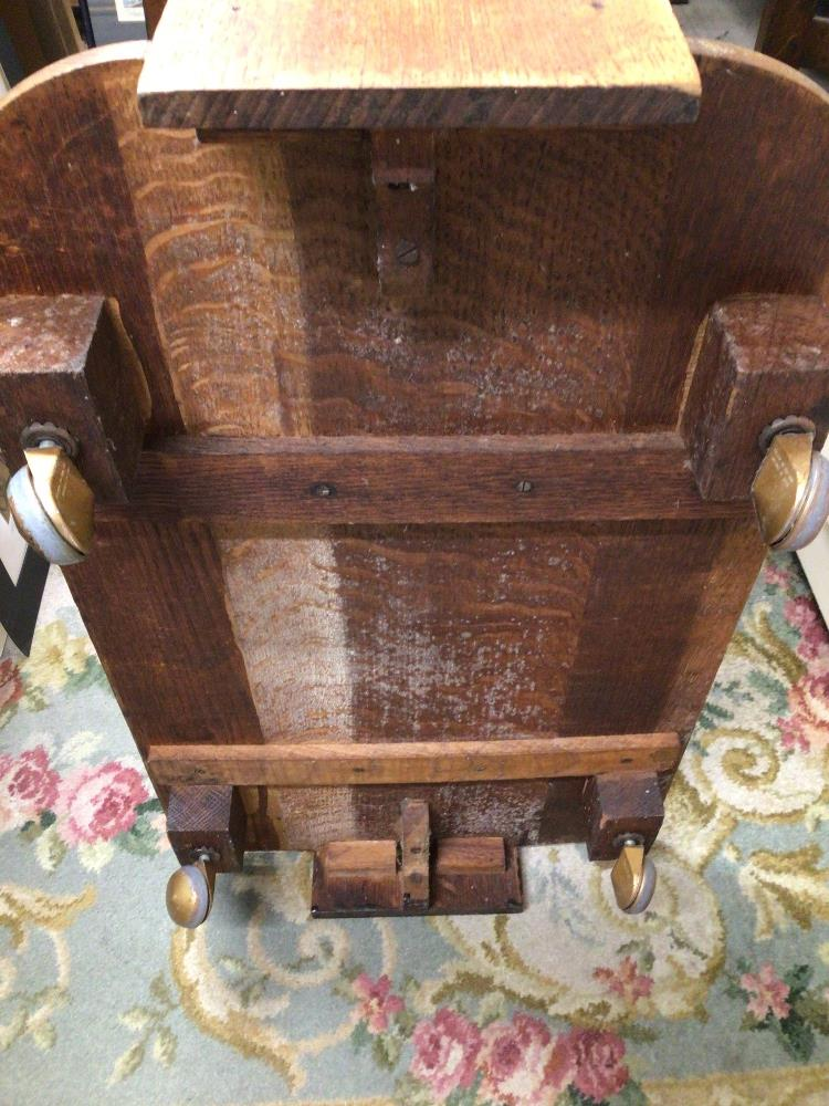 AN OAK ART DECO TROLLEY WITH TWO TIERS - Image 3 of 3