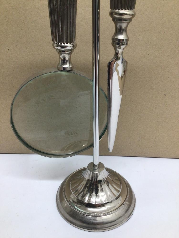 A WHITE METAL SET OF MAGNIFYING GLASS AND LETTER OPENER ON STAND - Image 5 of 5
