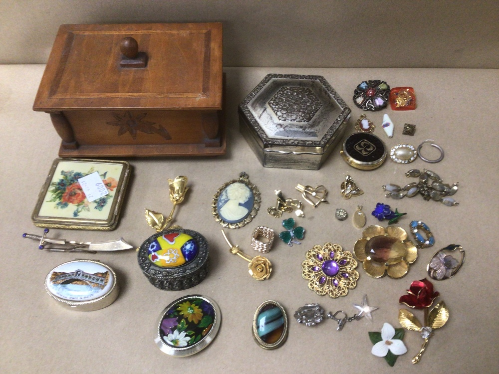 A SMALL COLLECTION OF MIXED COSTUME JEWELLERY AND MORE - Image 2 of 4
