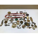 A QUANTITY OF MIXED VINTAGE COSTUME JEWELLERY