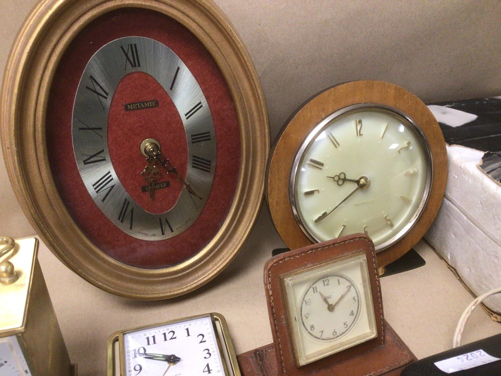 A COLLECTION OF MIXED VINTAGE CLOCKS INCLUDES A SMITHS BAKELITE ELECTRIC CLOCK, A SMITH THOMAS - Image 5 of 8