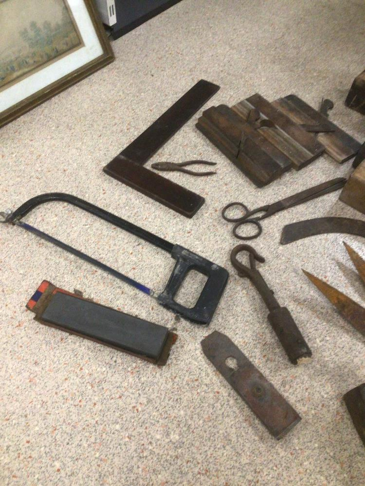 A COLLECTION OF LARGE VINTAGE TOOLS, INCLUDES PLANES, SQUARES, AND MORE - Image 4 of 4