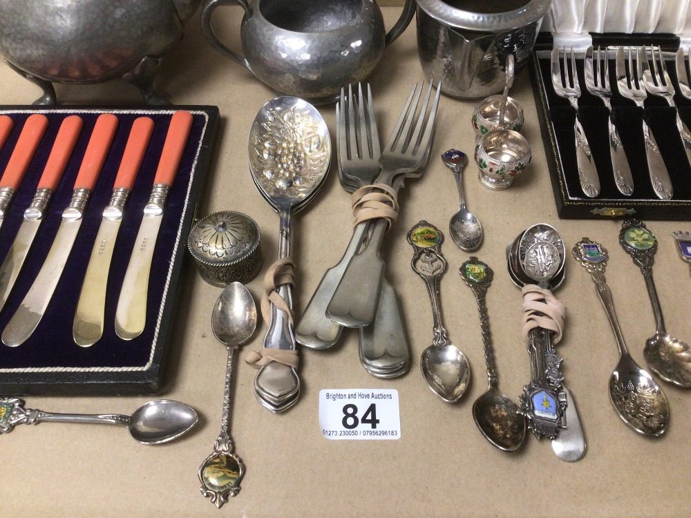 A COLLECTION OF WHITE METAL AND SILVER PLATED FLATWARE AND DISH WARE, INCLUDES TWO CASED, WITH - Image 7 of 8