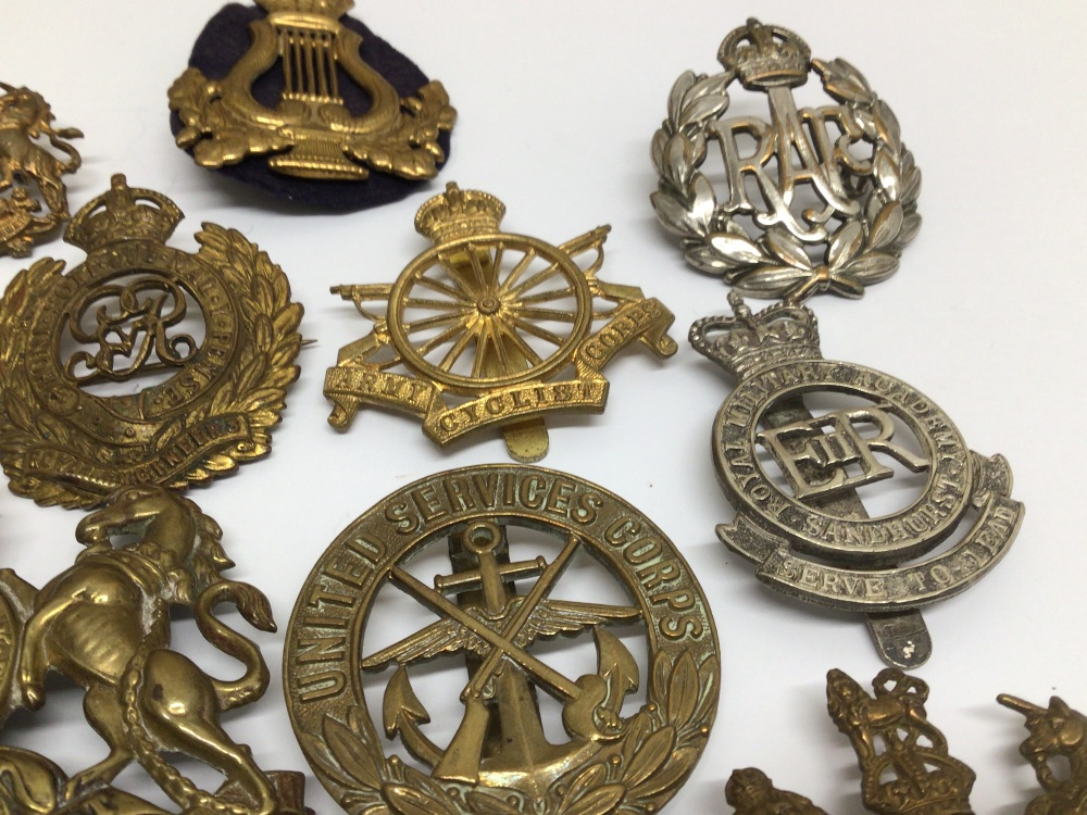 A QUANTITY OF MILITARY BADGES - Image 4 of 5