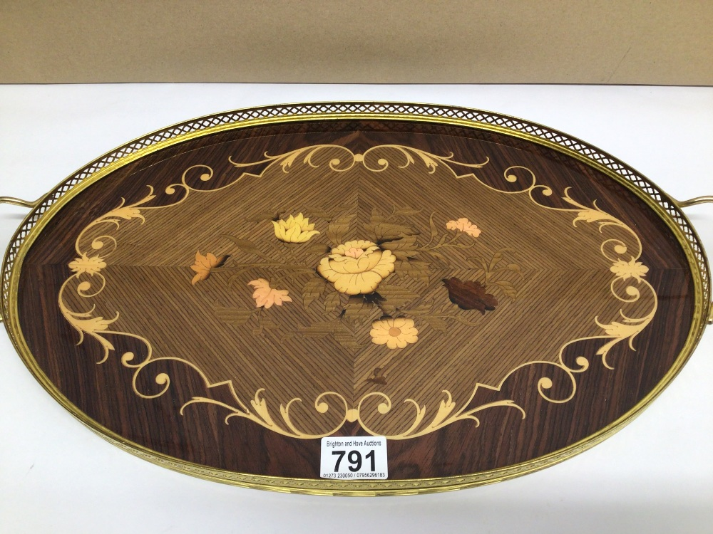 AN OVAL WOOD AND BRASS ITALIAN SORRENTO WARE SERVING TRAY, 52 X 31CM - Image 2 of 3