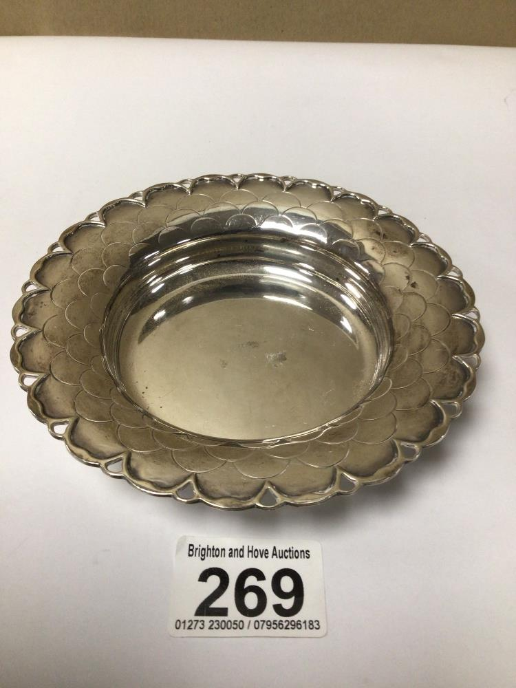AN HALLMARKED SILVER CIRCULAR BONBON DISH WITH SCALLOPED BORDER BY MAPPIN AND WEBB 1951, 14CM, 123