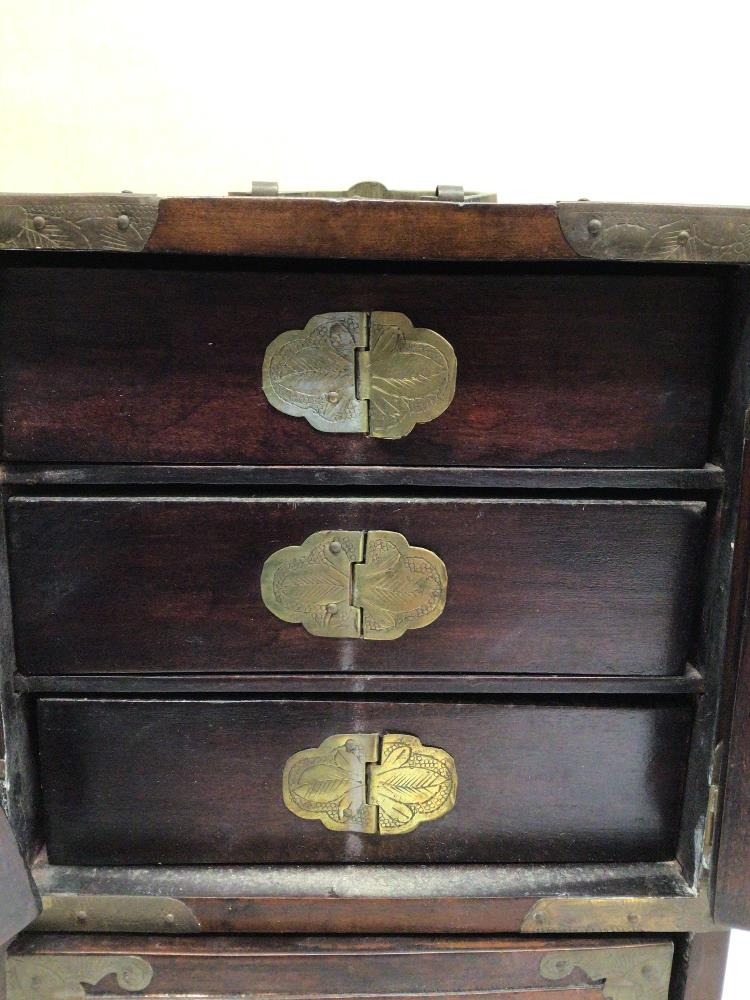 A LATE 20TH CENTURY CHINESE JEWELLERY BOX WITH FAUX JADE INLAY AND BRASS BORDERS A/F - Image 4 of 7