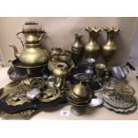 A LARGE COLLECTION OF MIXED METAL WARE INCLUDING SILVER PLATED AND BRASSWARE