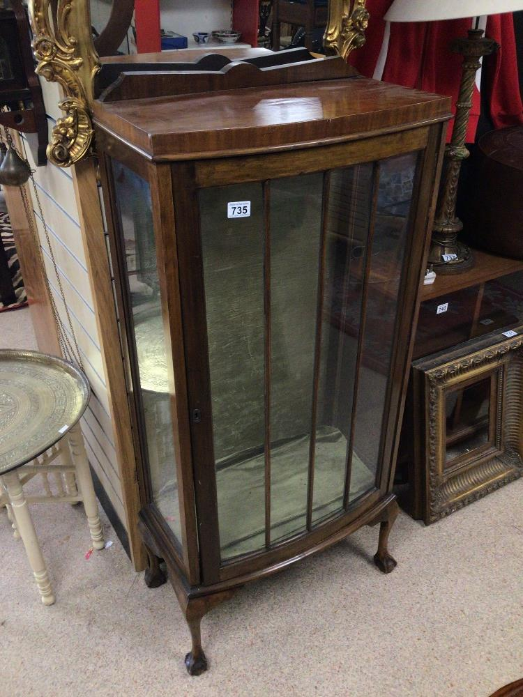 A VINTAGE DISPLAY CABINET WITH A BOW FRONTED GLASS DOOR ON BALL AND CLAW FEET, WITH GREEN VELVET - Image 3 of 4