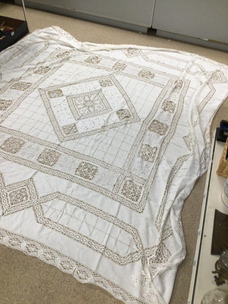 A VINTAGE LACE TABLE CLOTH 218 X 218CM A/F - Image 2 of 4