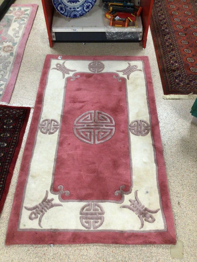 A VINTAGE CHINESE RUG, 153 X 92CM