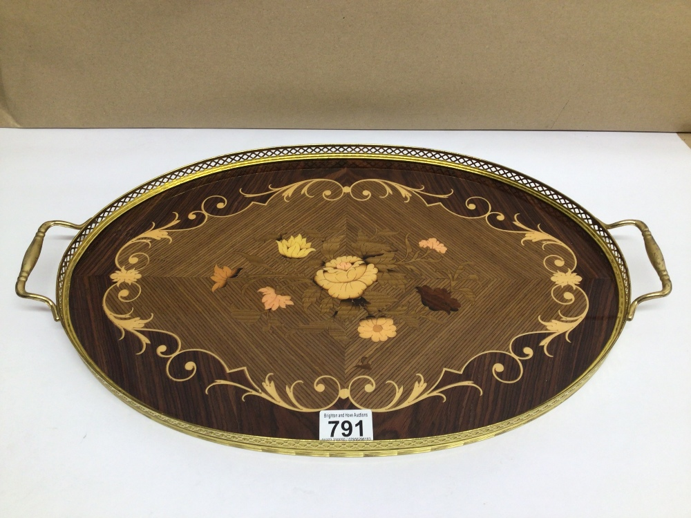 AN OVAL WOOD AND BRASS ITALIAN SORRENTO WARE SERVING TRAY, 52 X 31CM
