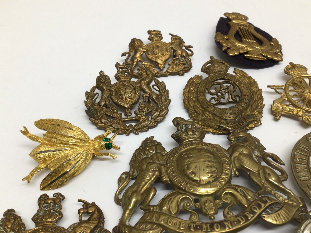 A QUANTITY OF MILITARY BADGES - Image 5 of 5