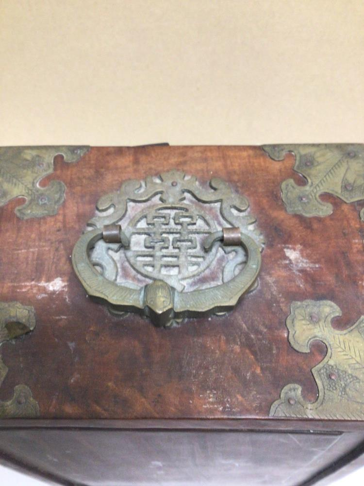 A LATE 20TH CENTURY CHINESE JEWELLERY BOX WITH FAUX JADE INLAY AND BRASS BORDERS A/F - Image 7 of 7