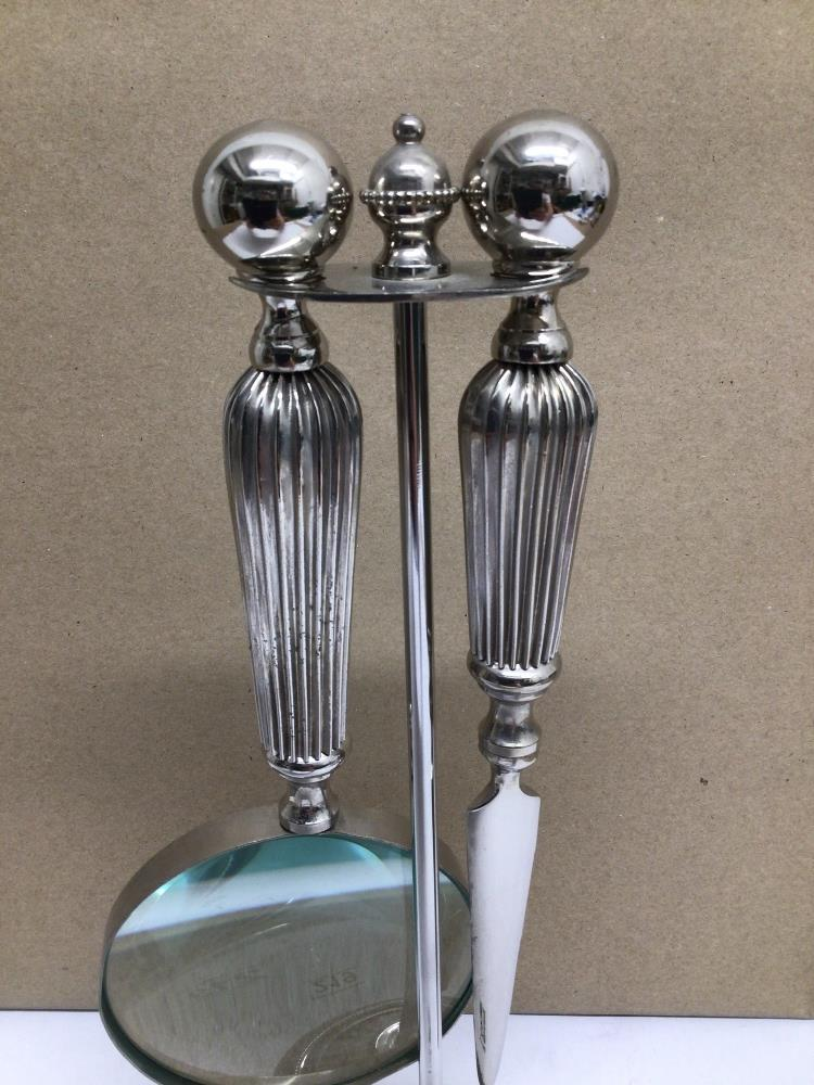 A WHITE METAL SET OF MAGNIFYING GLASS AND LETTER OPENER ON STAND - Image 4 of 5