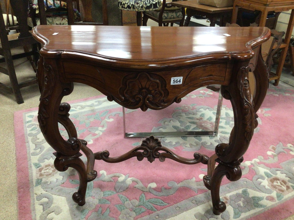 A REPRODUCTION WOODEN CONSOLE/HALL TABLE WITH CARVED DECORATION, 100 X 45 X 75CM - Image 3 of 6
