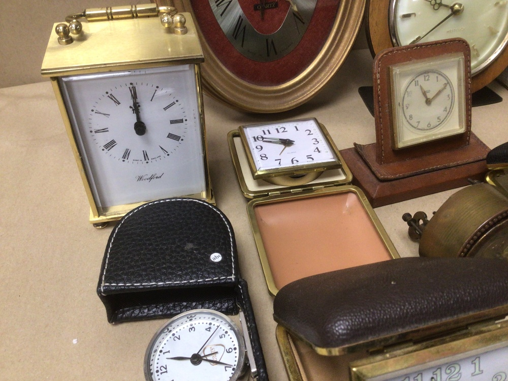 A COLLECTION OF MIXED VINTAGE CLOCKS INCLUDES A SMITHS BAKELITE ELECTRIC CLOCK, A SMITH THOMAS - Image 4 of 8