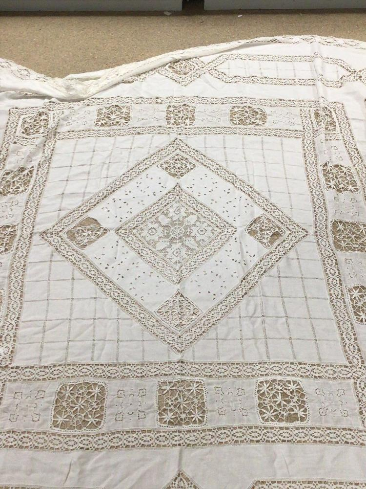 A VINTAGE LACE TABLE CLOTH 218 X 218CM A/F - Image 4 of 4