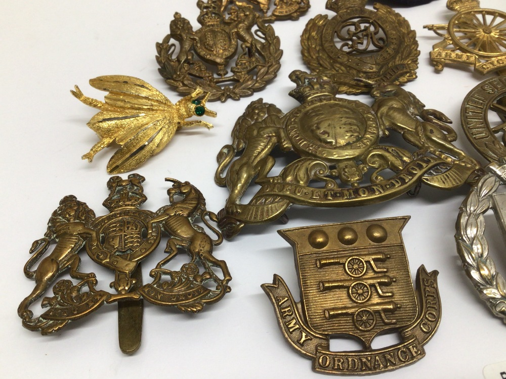 A QUANTITY OF MILITARY BADGES - Image 2 of 5