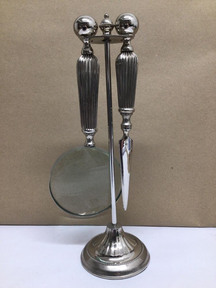 A WHITE METAL SET OF MAGNIFYING GLASS AND LETTER OPENER ON STAND - Image 2 of 5