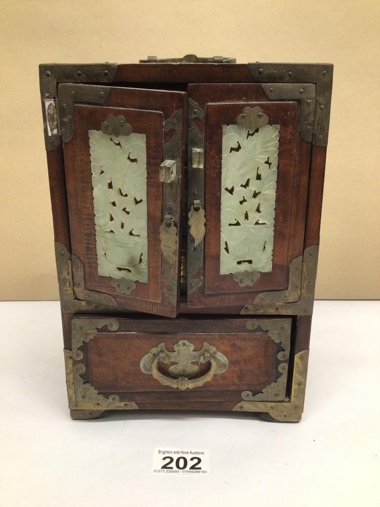 A LATE 20TH CENTURY CHINESE JEWELLERY BOX WITH FAUX JADE INLAY AND BRASS BORDERS A/F