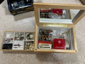 A QUANTITY OF JEWELLERY BOXES WITH VINTAGE COSTUME JEWELLERY