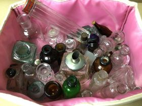 A QUANTITY OF VINTAGE AND EARLY GLASS BOTTLES