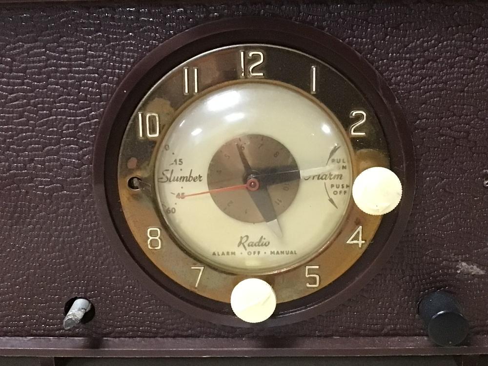 A RETRO C.1950 HIS MASTERS VOICE (HMV) CLOCK RADIO MODEL 1127, SERIAL 90362, (UNTESTED) - Image 3 of 7