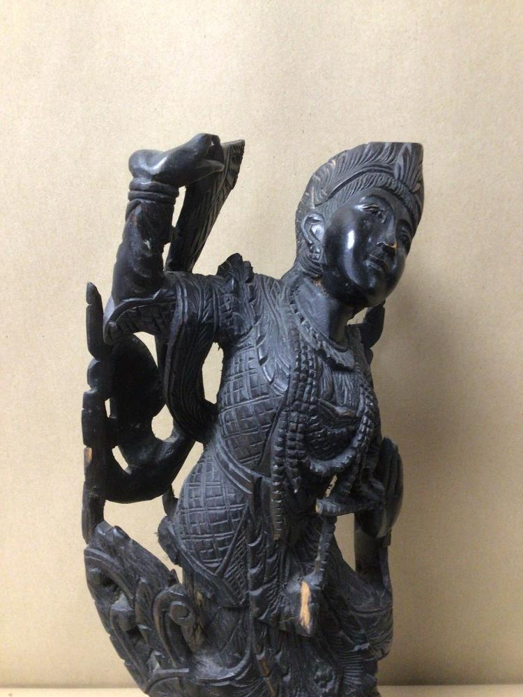 AN EBONISED CARVED WOODEN INDONESIAN FIGURINE, A/F, BEING 38CM IN HEIGHT - Image 2 of 6