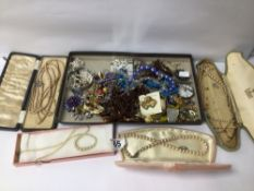 MIXED VINTAGE COSTUME JEWELLERY, PEARLS, BROOCHES AND MORE