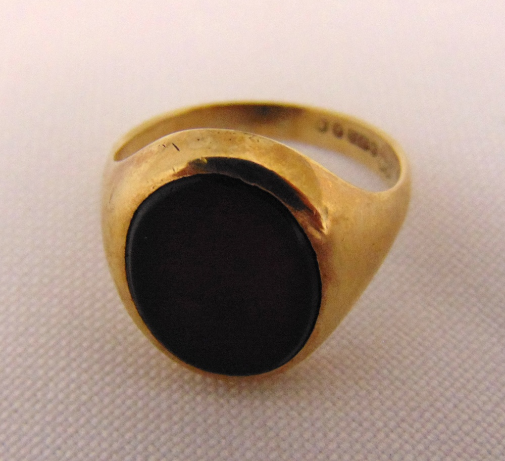 9ct gold and onyx gentlemans signet ring, approx 4.8g