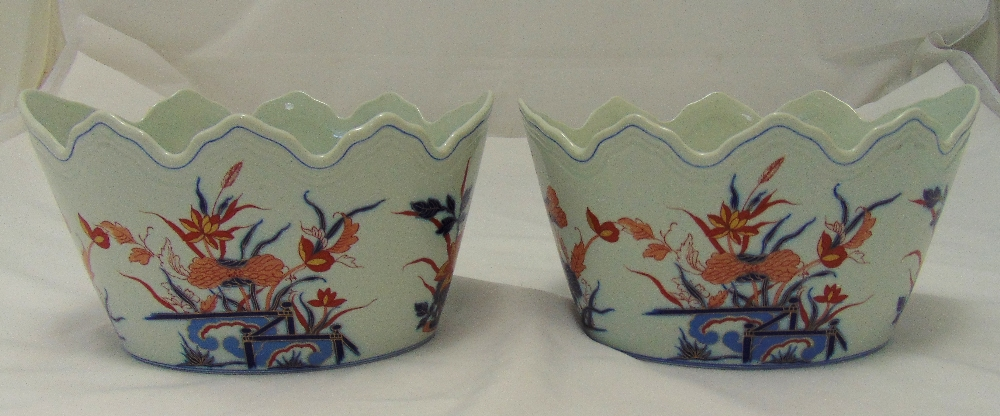 A pair of Vista Allegre oval jardinières in Imari style with scalloped edges, 15cm (h)
