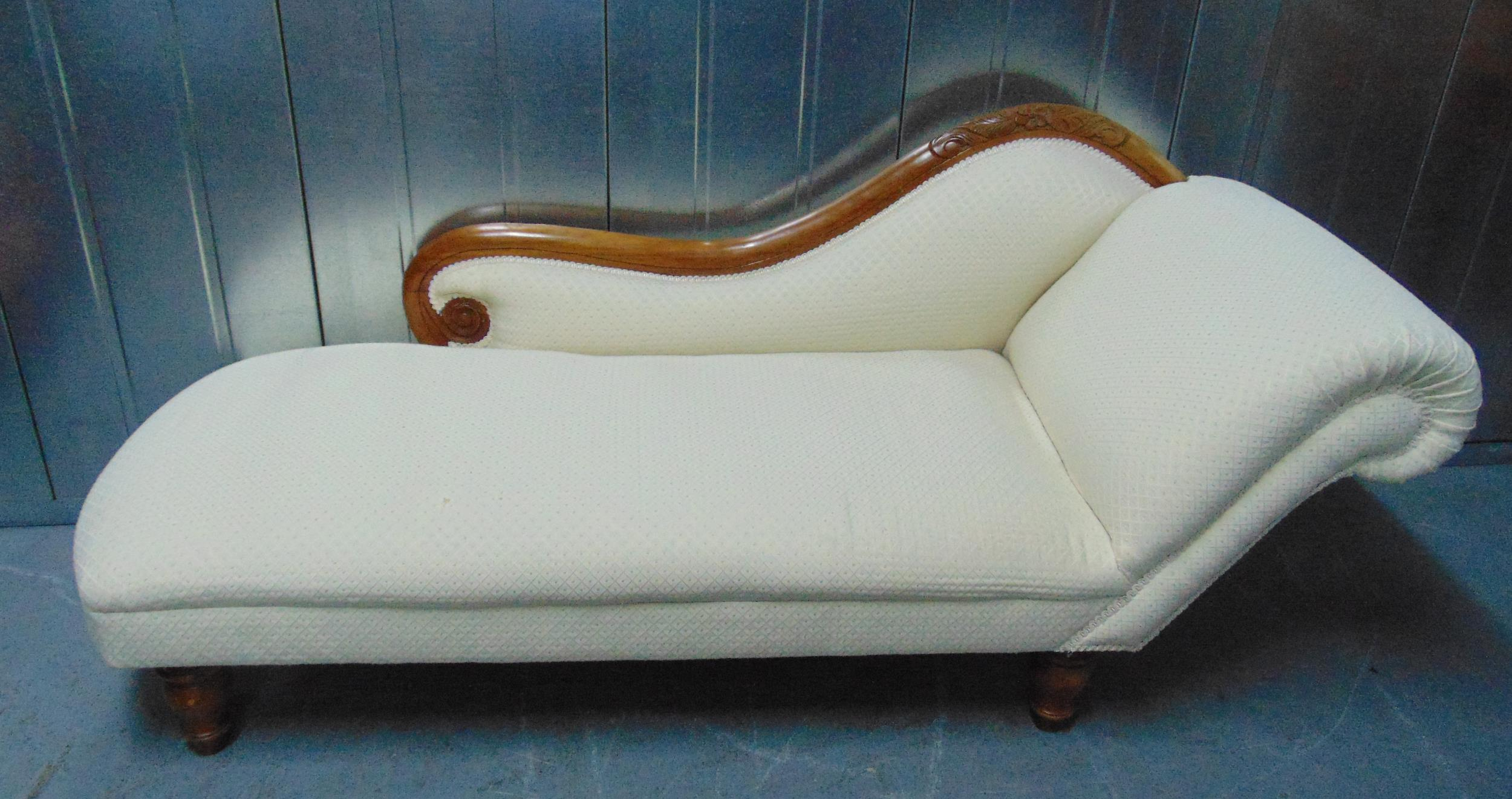 A Victorian mahogany chaise longue on four turned wooden supports, 166 x 62cm