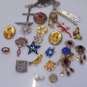 A tray of stone set and other costume jewellery, brooches, pendants, a pewter tortoise brooch by