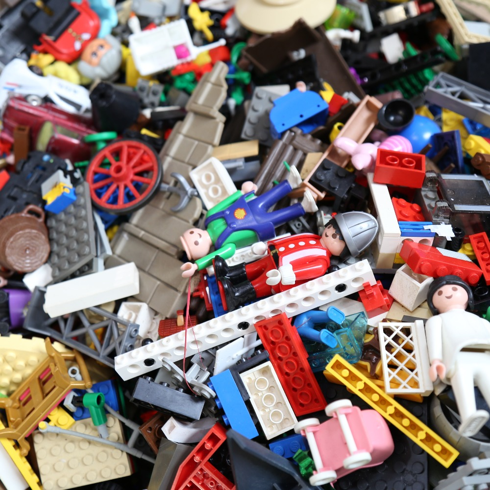A box of Vintage LEGO and figures - Image 2 of 2