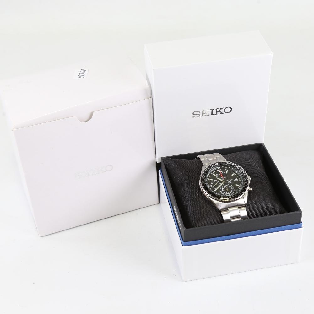 SEIKO - a stainless steel Flightmaster Pilot quartz chronograph wristwatch, red. SND253P1, black - Image 5 of 5