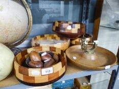 THREE CHEQUERED TURNED WOOD FRUIT BOWLS, 9 ½?, 8 ½? AND 7 ½? DIAMETER; A SHALLOW TURNED LIGHT WOOD
