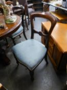 A SET OF FOUR VICTORIAN MAHOGANY SPOON BACK DINING CHAIRS WITH TURNED FRONT SUPPORTS