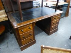 AN ANTIQUE MAHOGANY TWIN PEDESTAL DESK, HAVING THREE DRAWERS TO EACH PEDESTAL, THE TOP HAVING