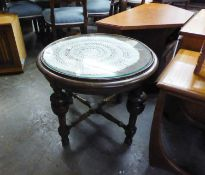 AN OAK CIRCULAR COFFEE TABLE, ON CUP AND COVER SUPPORTS AND THE LOOSE PLATE GLASS PROTECTOR