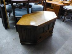 A NEST OF THREE OBLONG COFFEE TABLES AND A GOOD CARVED OAK CORNER TELEVISION STAND