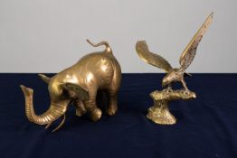 A TWENTIETH CENTURY HEAVY CAST BRASS MODEL ELEPHANT AND A CAST BRASS EAGLE on a tree stump (2)