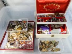 LARGE SELECTION OF COSTUME JEWELLERY INCLUDING; GOOD SELECTION OF ORNATE BROOCHES TOGETHER WITH A