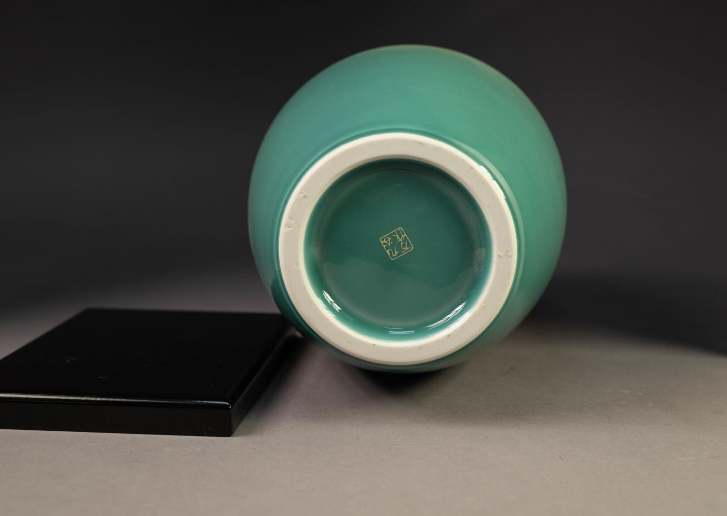 MODERN JAPANESE KUTANI WARE PORCELAIN VASE, of ovoid form, decorated in sprayed shades of green - Image 4 of 5