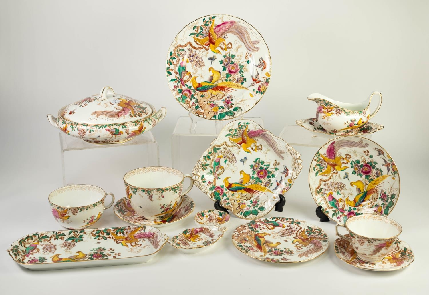 THIRTY ONE PIECES OF ROYAL CROWN DERBY ?OLD AVESBURY? PATTERN CHINA TEA AND DINNER WARES,